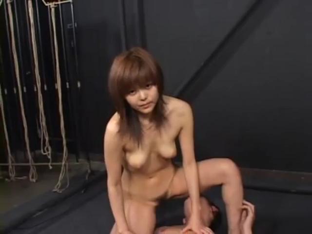 女子高生を制服のままバックで言葉責めしながらハメ撮りしてる韓国カップル