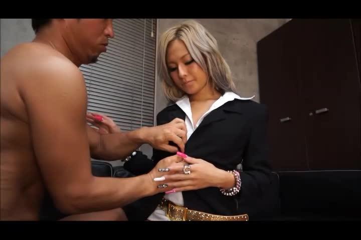 【エロ動画】スーツにジャラジャラ色々つけちゃう黒ギャルがナマイキでカワ...