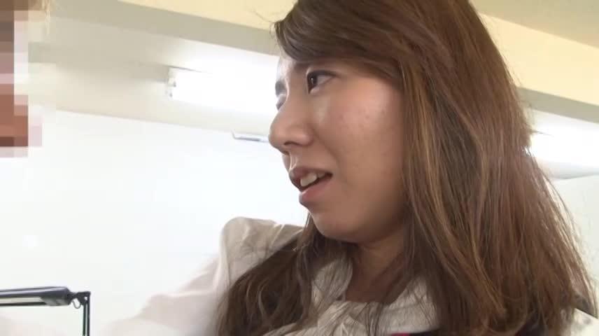 パンチラお姉さん オフィスで発情し男のチンポにむしゃぶりつく女
