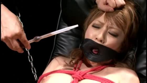 生殖器に深くめり込むコブ縄の感触に耐え切れず痙攣しながら失禁する奴隷ギャル